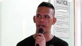 馬尼拉槍手訴說挾持人質原因大馬尼拉地區一座商場的警衛巴萊(Archie Paray)因不滿遭解僱,2日持槍挾持30多人,歷經約9小時,約晚間8時15分釋放人質。圖為巴萊向媒體和圍觀民眾訴說挾持人質原因。中央社記者陳妍君馬尼拉攝 109年3月2日