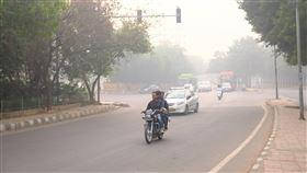 空汙惡化  德里一片灰濛視線不佳印度國家首都區再度陷入嚴重的空氣品質問題,14日上午一片灰濛濛,視線不佳。中央社記者康世人新德里攝  108年11月14日