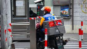 疫情迎來大量訂單  中國電商啟用共享員工中國生鮮電商「盒馬先生」在武漢肺炎疫情下,訂單量大增,近期採用共享員工模式,從其他企業調配大量人力。圖為盒馬的配送員。中央社記者沈朋達上海攝  109年3月4日