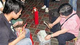 ▲香港灣仔鵝頸橋底還有著歷史悠久的打小人習俗。(圖/記唐家興攝影)