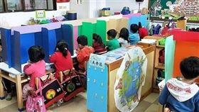 防疫新創意!幼師組隔板防飛沫 孩子脫口罩安心用餐(圖/二崙鄉立幼兒園提供)