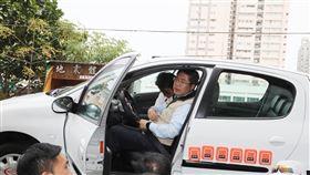 台南市長黃偉哲今天主持全國首創防禦駕駛訓練開訓,親身體驗車輛翻轉模擬設備,經車內順時、針逆時針旋轉後,直呼安全帶保護「親身體驗更有感」,呼籲駕駛人繫安全帶重要性。