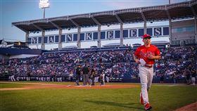 ▲費城人總教練吉拉迪(Joe Girardi)重返洋基春訓球場。(圖/翻攝自費城人推特)