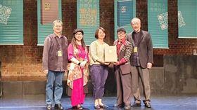 籌編人林采霖(左2)、執編人楊宗魁(左1)、審編人林磐聳(右1)及總顧問楊夏蕙(右2)代表致贈文化部套書。(圖/中華民國美術設計協會提供)
