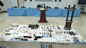 警方查扣槍管、滑套、撞針、子彈、火藥及車床等證物。(圖/翻攝畫面)
