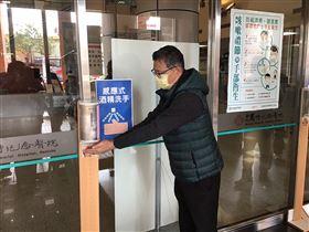 新竹市政府今天宣布,為強化防疫,本月9日起竹市5家急救責任醫院的一般病房禁止探病,陪病採實名制措施,並確實掌握旅遊史、接觸史,建議民眾應減低進出醫院頻率,減少感染風險。