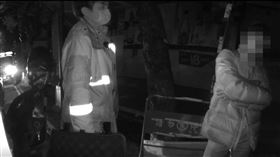 酒測取消?男遭吊照還酒駕 被警攔急摳媽來。(圖/翻攝畫面)