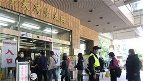 武漢肺炎疫情影響,國立台灣大學醫學院附設醫院今天宣布,9日起每天2個探病時段改為僅限上午11時30分到下午12時30分,陪病人數維持1人、探病人數2人,避免過多醫護人力消耗。