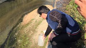 高雄市政府環保局今天表示,位於鳳山溪支流鳳山圳的某家食品加工製造廠涉嫌違法排放廢水,稽查人員已透過陸、空蒐證與現場採樣,待水質檢測報告結果出爐將依廢清法裁處。