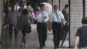 6月經常性薪資4萬1782元主計總處12日發布6月全體受僱員工每人經常性薪資平均為新台幣4萬1782元,年增2.38%。儘管薪資持續成長,勞動市場相關指標已經可以看出受景氣擴張趨緩影響的跡象。中央社記者徐肇昌攝 108年8月12日