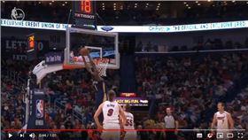 ▲隊友傳球打到籃板,威廉森(Zion Williamson)照樣完成空中接力。(圖/翻攝自YouTube)