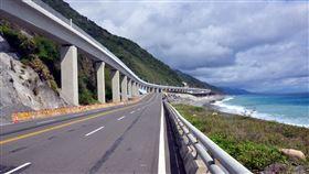 台灣環島鐵路電氣化剩下台東段最後一哩路多良段,未來通車後也會是最美的一段鐵道,懸空2.7公里,宛如漂浮在海面上。