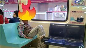 爆怨公社,台北捷運阿伯脫鞋蹭腳,不斷咳嗽嚇壞網友。(圖/翻攝自爆怨公社)
