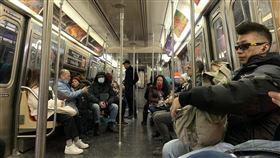 武漢肺炎當頭  紐約地鐵僅少數乘客戴口罩在歐美社會觀念中,只有重症患者才需要戴口罩出門。即使武漢肺炎疫情蔓延,紐約地鐵上戴口罩的乘客仍不多。中央社記者尹俊傑紐約攝  109年3月7日