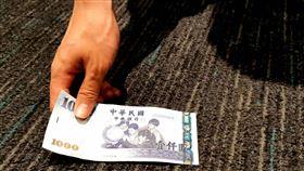 ▲撿錢:銅板;千元大鈔;硬幣(圖/記者唐家興攝影)