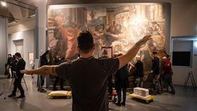 義大利總理孔蒂簽署緊急封城令,估計影響1600萬人,博物館大門緊閉,拉斐爾逝世500週年大展也成了受害者。圖為羅馬奎里納雷宮博物館人員正在籌備拉斐爾逝世500週年大展。(圖/翻攝自facebook.com/ScuderieQuirinale/)
