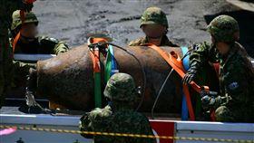 日本大分縣大分市2月發現一枚重達一噸的未爆彈,昨天由陸上自衛隊未爆彈處理隊順利拆除。(圖/翻攝自推特)