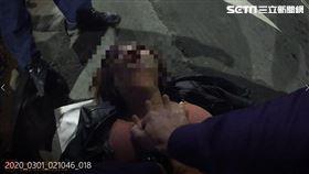 徐姓熱褲妹突然休克,陳姓警員CPR將她救回。(圖/翻攝畫面)