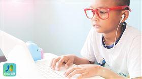 名家專用/NOW健康/眼科醫師陳逸川表示,現在的學童課業壓力重、使用3C產品頻繁,1年內增加上百度的近視度數是很常見的事。(勿用)