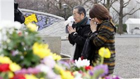 東京大轟炸75週年,民眾10日到東京慰靈堂獻花祭拜當時喪生的平民。(圖/中央社/共同社提供)