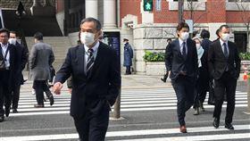 一罩難求 日政府新設口罩小組武漢肺炎(2019冠狀病毒疾病,COVID-19)疫情擴大,日本面臨口罩嚴重缺貨的問題,日本政府相關部會9日成立一個「口罩小組」。中央社記者楊明珠東京攝 109年3月10日