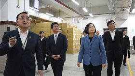 蔡英文總統11日上午前往中華郵政公司台北郵件處理中心視察及慰勞防疫物流作業同仁。(圖/翻攝總統府影音)