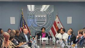 美國首都華盛頓哥倫比亞特區市長鮑賽(中)宣布進入緊急狀態。(圖/翻攝自推特)