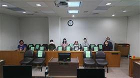 ▲台北地方法院效法日本做法,在密閉法庭內旁聽席採「座位分隔法」,降低群聚接觸機率。(圖/翻攝畫面)