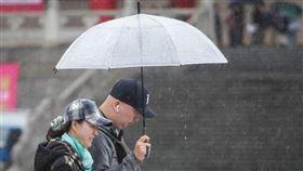 13日鋒面通過,中部以北、東半部地區及南部山區有局部降雨,其中北部整天有較長的降雨時間,其他地區入夜後降雨機率增加。(中央社檔案照片)