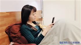睡前滑手機(中國醫藥大學新竹附設醫院提供)