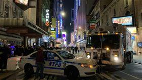 紐約防疫禁500人以上集會  百老匯熄燈為防止武漢肺炎疫情蔓延,紐約州長古莫美東時間12日宣布全州禁止500人以上集會,包括曼哈頓百老匯劇院。圖為2020年跨年夜百老匯街道封鎖景象。中央社記者尹俊傑紐約攝  109年3月13日