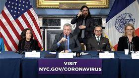 紐約市長白思豪(前左2)12日在談到紐約將如何面對病床需求激增的情況時表示,紐約已經進入「只能比作是戰爭和戰時動態的情況」。(圖取自twitter.com/NYCMayor)