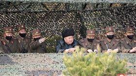 ▲金正恩沒戴口罩指導軍演。(圖/截自朝鮮中央通信社)