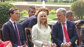 美印峰會後 川普女兒女婿現身聯合說明會貴賓席美國總統川普與印度總理莫迪25日在海得拉巴宮會談後共同主持聯合說明會,川普的女兒伊凡卡(前排中)和女婿庫許納(前排左)坐在美方貴賓席上。中央社記者康世人新德里攝  109年2月25日