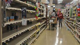 舊金山灣區湧現防疫購物潮  賣場貨架被掃空美國舊金山灣區聖克拉拉郡宣布公立學校停課,當地賣場持續出現購物人潮,圖為美西時間13日一處賣場貨架被掃空。中央社記者周世惠舊金山攝 109年3月14日