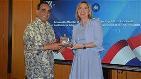 16:9 印尼交通部長確診武漢肺炎印尼交通部長布迪(左)14日確診感染武漢肺炎,是印尼內閣首位確診閣員。圖為他在11日出席一項活動。(印尼交通部提供)中央社記者石秀娟雅加達傳真  109年3月14日