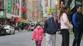 武漢肺炎蔓延  紐約華埠民眾戴口罩防疫武漢肺炎疫情延燒,紐約確診病例不斷增加,曼哈頓華埠街上不時可見戴口罩防疫的民眾。中央社記者尹俊傑紐約攝  109年3月13日