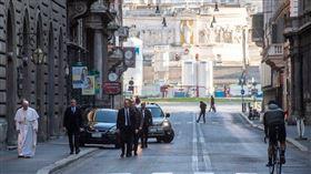 義大利疫情持續攀升,教宗方濟各(左1)15日獨自徒步至羅馬市中心一座古教堂,向曾行神蹟的「耶穌受難像」祈禱。(圖取自twitter.com/Cindy_Wooden)