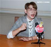 嘻小瓜接受三立新聞網專訪。(記者邱榮吉/攝影)