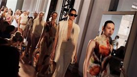 肺炎疫情重創時尚圈 聖保羅、墨爾本時裝周相繼取消。(圖/翻攝自微博)