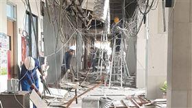 嘉義縣府大樓走廊天花板意外崩落(1)嘉義縣政府大樓1樓走廊天花板17日凌晨意外崩塌掉落,所幸於非辦公時間發生,未釀人員傷亡,目前已安排工人進行善後作業。(民眾提供)中央社記者蔡智明傳真 109年3月17日