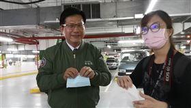 交通部長林佳龍化身一日外送員,前往郵政醫院慰勞醫護人員。(圖/台鐵提供)