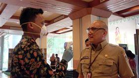 印尼加緊防疫腳步印尼武漢肺炎確診案例激增,許多政府機構也開始針對洽公民眾偵測體溫。中央社記者石秀娟雅加達攝  109年3月18日