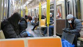 紐約客防疫 搭地鐵戴口罩民眾增加武漢肺炎疫情蔓延,紐約地鐵上愈來愈多非亞洲面孔戴起口罩,與過去一段時間幾乎清一色是東方人戴口罩有顯著差別。中央社記者尹俊傑紐約攝 109年3月19日