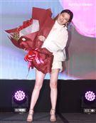 徐若瑄老公李先生特地跨海送影片與花束給她,讓她感動落淚。(記者邱榮吉/攝影)