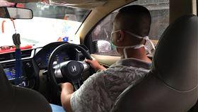 印尼單日新增82例武漢肺炎確診印尼武漢肺炎確診病例有近68%在雅加達,雅加達計程車司機載客時也戴上口罩。中央社記者石秀娟雅加達攝  109年3月19日