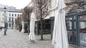 防武漢肺炎 比利時關閉餐廳咖啡館比利時為防疫,14日起關閉餐廳和咖啡館,19日歐洲議會附近餐廳原本桌椅排滿人行道,如今全部歇業。中央社記者唐佩君布魯塞爾攝  109年3月20日