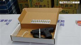 台北市北投區再傳街頭鬥毆,警方查獲土耳其制式衝鋒手槍。(圖/翻攝畫面)