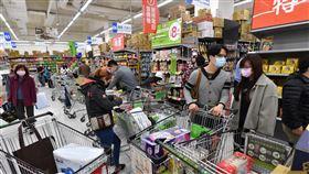 陳時中:世界貨運沒中斷 沒有必要搶買物資中央流行疫情指揮中心指揮官陳時中19日表示,世界貨運沒中斷,現在相對也沒旅遊團進台灣、人口沒大量增加,物資本來就在,沒必要過度搶購,囤積更是法律不允許。圖為新北市蘆洲區一家大賣場內滿是採購民眾。中央社記者林俊耀攝 109年3月19日