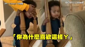 ▲媽媽被自己的孩子打敗,笑說:「你為什麼喜歡這樣啊?」(圖/AP/Caters TV授權)